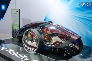 Toyota, prototype à trois roue sans volant, la conduite se fait par détection de mouvement...