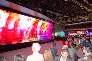 Le mur géant 3D à l'entrée du stand LG