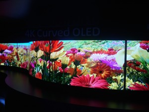 Un beau mur OLED à l'entrée du stand Panasonic