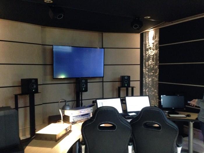 La partie AV avec les LCR et remarquer au plafond (incurvé) les TFL/TFR (à l'avant des 2 spots blancs) avec sur la console 3 écrans, dont le dernier à droite est le moniteur Atmos (voir plus bas)