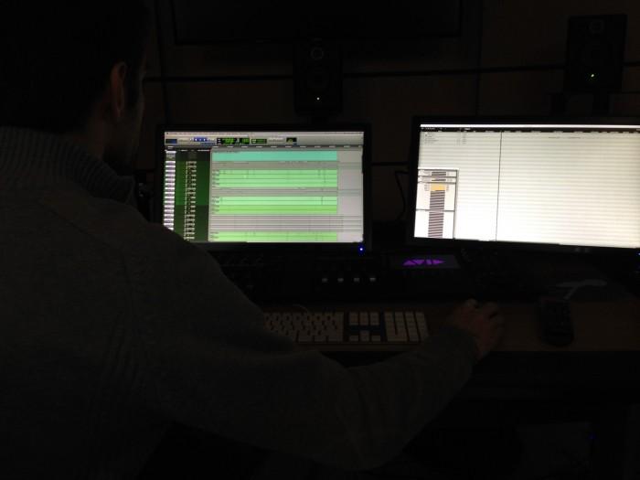 A gauche le moniteur (central )qui affiche la barre de temps et le contenu individuel spécifique (plus ou moins zoomé) de chaque piste/canal/objet sonore